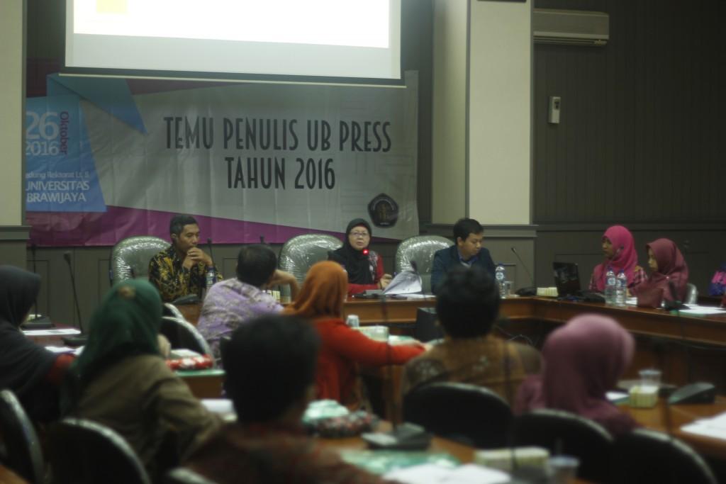 Suasana Diskusi Panel dan Tanya Jawab yang dipimpin oleh Direktur UB Press, Prof. Dr. Ir. Trinil Susilawati., MS.