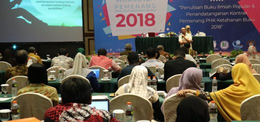 Bambang Trimansyah, praktisi penulisan dan penerbitan buku sedang memberikan materi tentang kiat menulis buku ilmiah populer